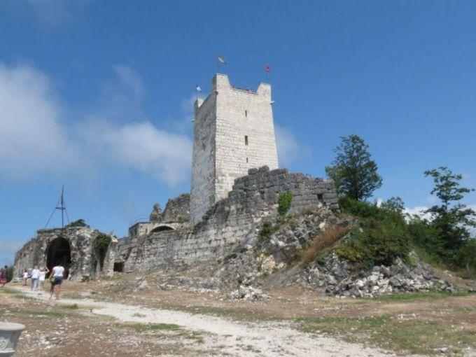 Генуэзская башня в полный рост