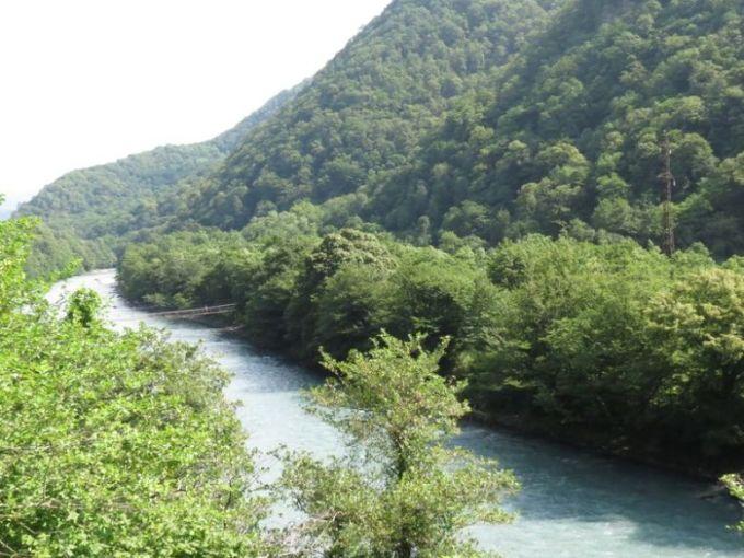 Горная река на пути к оз. Рица